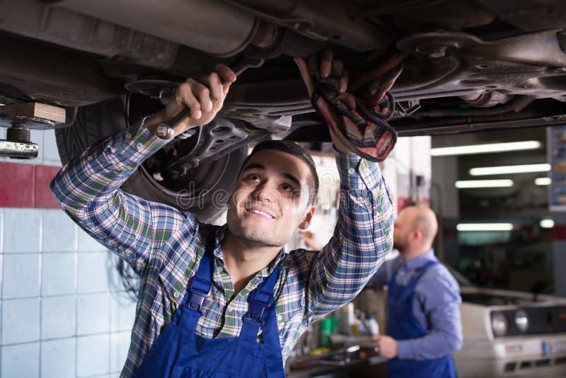 Профессиональный военнослужащий ремонтируя автомобиль стоковое изображение