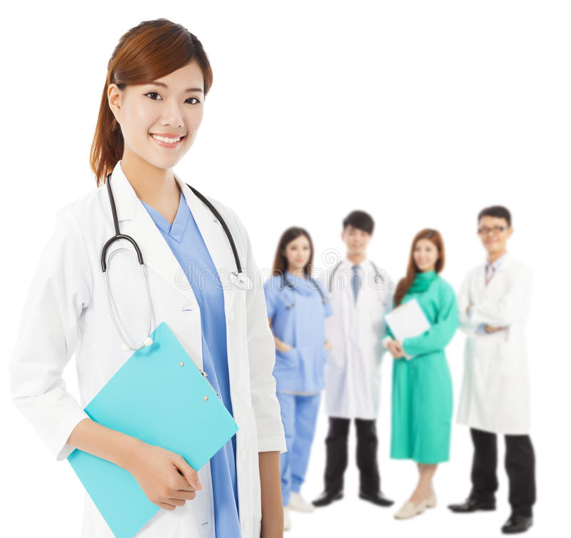 Профессиональный врач с ее командой стоковое изображение
