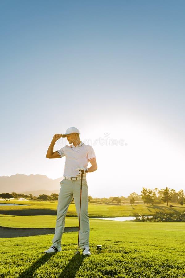 Профессиональный игрок в гольф на поле для гольфа стоковые изображения rf