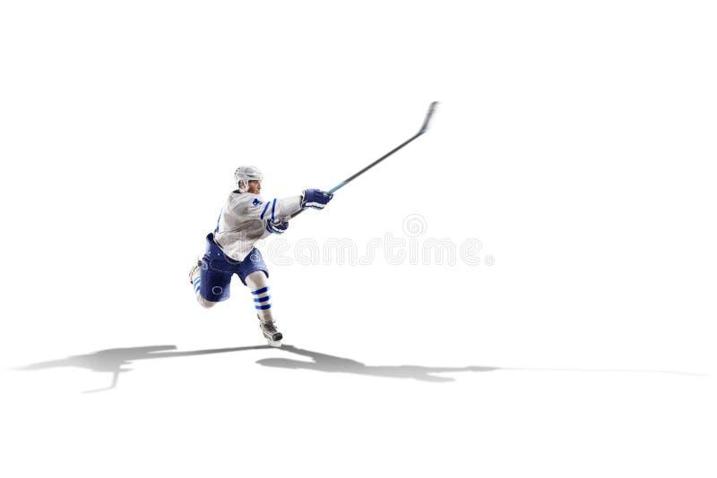 Профессиональный игрок хоккея катаясь на коньках на льде Изолировано в белизне стоковое фото
