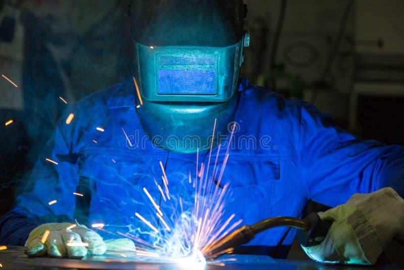 Профессиональный металл заварки сварщика соединяет в стальной конструкции стоковые изображения rf