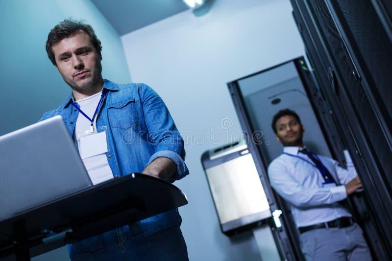 Профессиональный мужской программист работая на компьютере стоковые фотографии rf