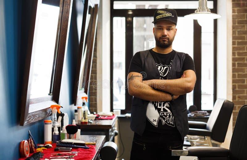 Профессиональный парикмахер, парикмахер в парикмахерскае людей стоковые изображения