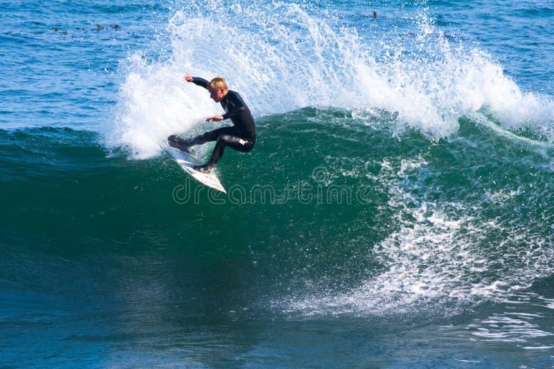 Профессиональный серфер Вилли Eagleton занимаясь серфингом Калифорния стоковое фото