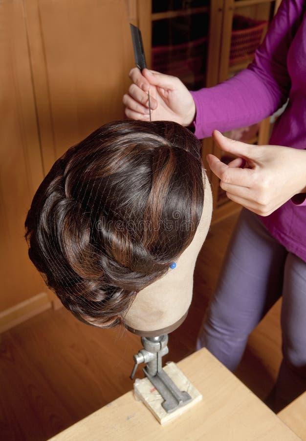 Профессиональный создатель парика в ее мастерской стоковые изображения