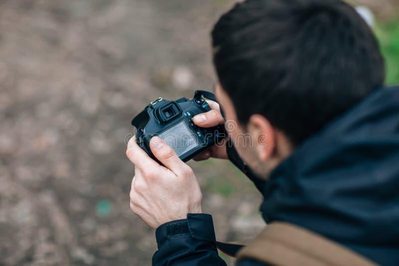 Профессиональный фотограф регулирует камеру стоковые фотографии rf