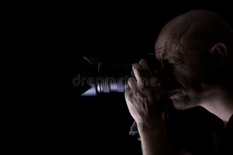 Профессиональный фотограф фотографируя с цифровой фотокамера стоковое фото