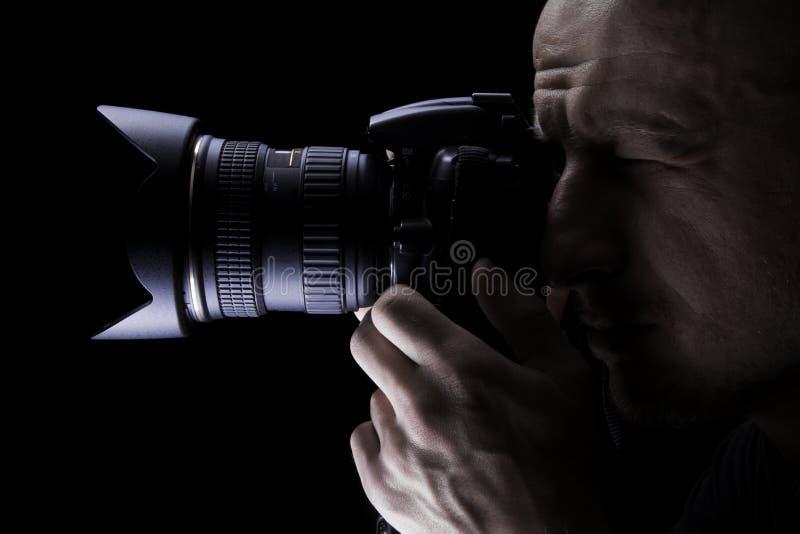 Профессиональный фотограф фотографируя с цифровой фотокамера стоковая фотография rf