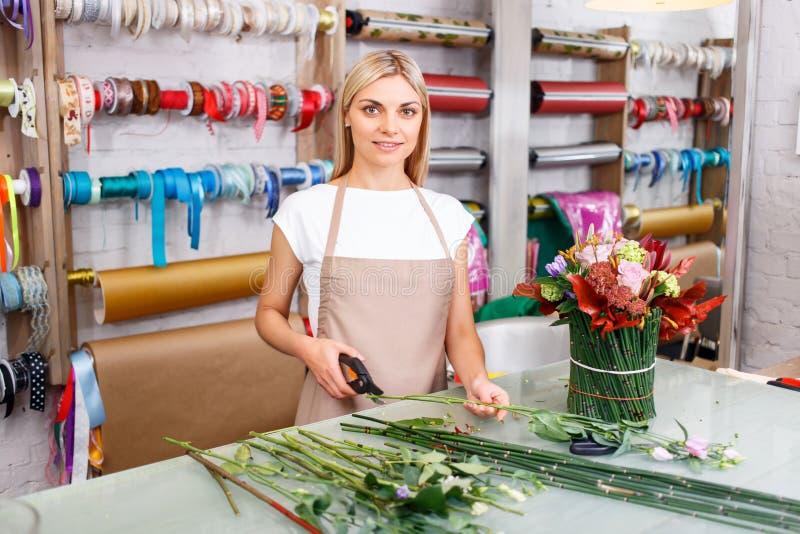 Профессиональный флорист работая в цветочном магазине стоковые фотографии rf