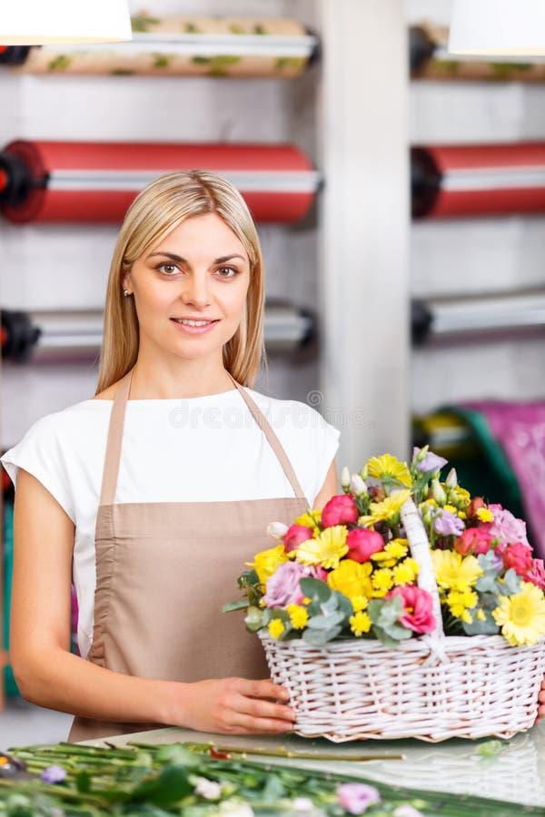 Профессиональный флорист работая в цветочном магазине стоковое фото