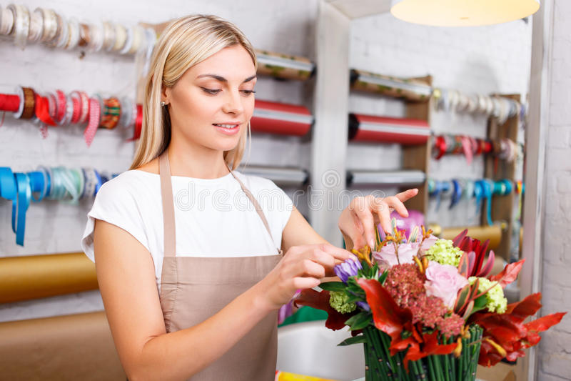 Профессиональный флорист работая в цветочном магазине стоковое фото rf
