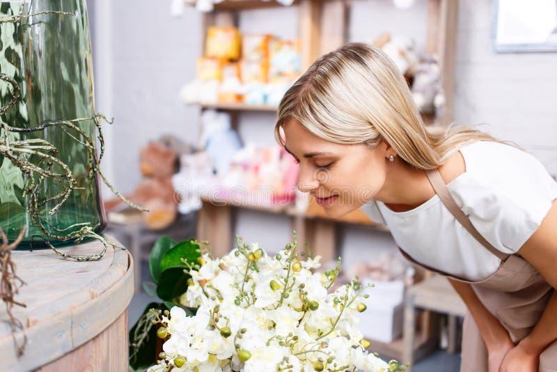Профессиональный флорист работая в цветочном магазине стоковая фотография