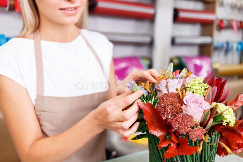 Профессиональный флорист работая в цветочном магазине стоковая фотография rf