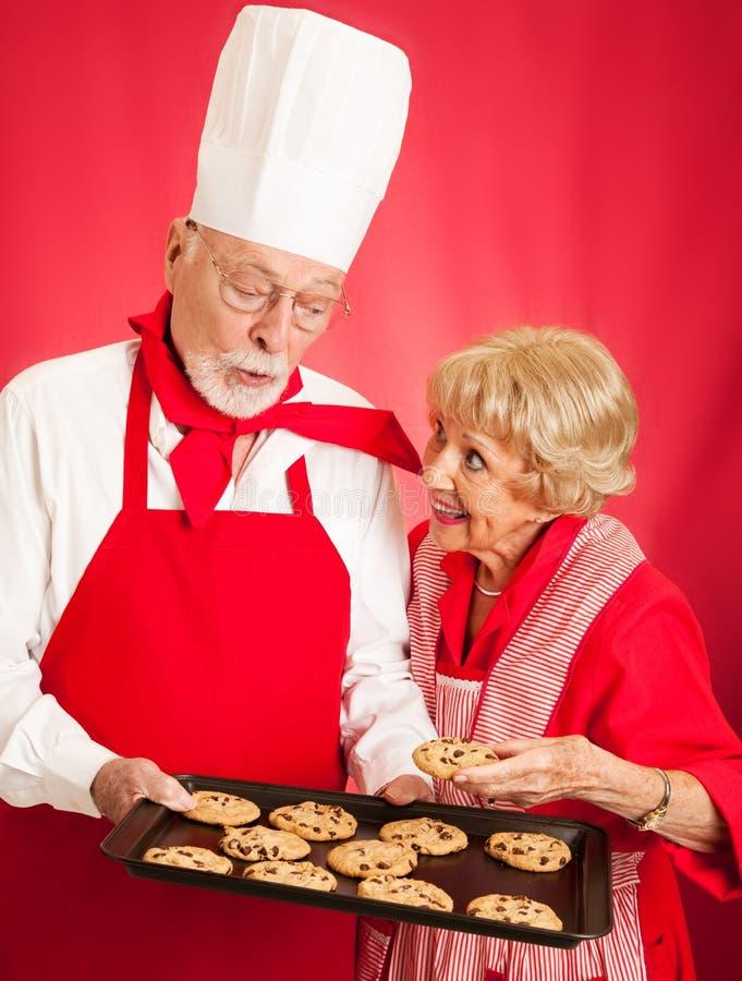 Хлебопек делит печенья с домохозяйкой стоковая фотография rf