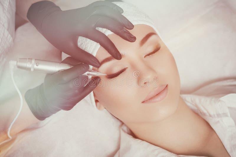 Профессиональный cosmetologist нося черные перчатки делая постоянный состав стоковые изображения rf