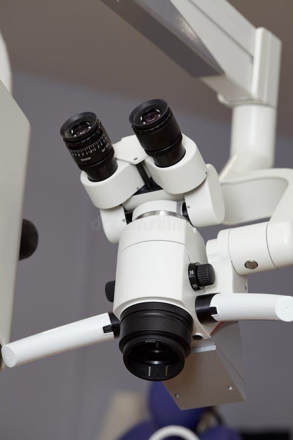 Профессиональный endodontic медицинский бинокулярный микроскоп в зубоврачебном офисе стоковая фотография