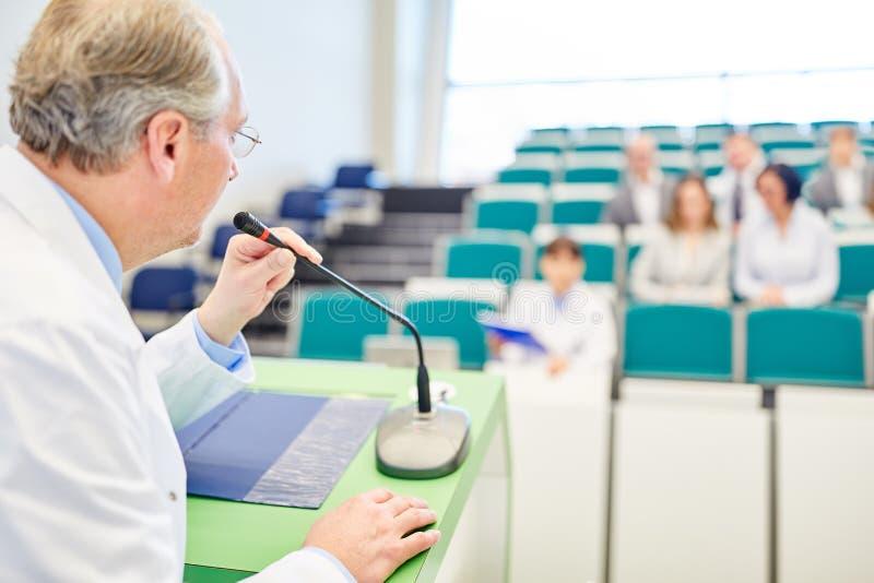 Профессор давая лекцию по медицины к докторам стоковые фотографии rf
