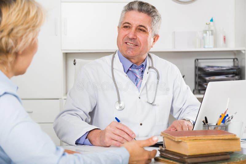 Профессор коллеги тренировки медицины стоковые фотографии rf