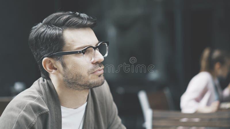 Профиль красивого человека в eyeglasses outdoors стоковая фотография rf