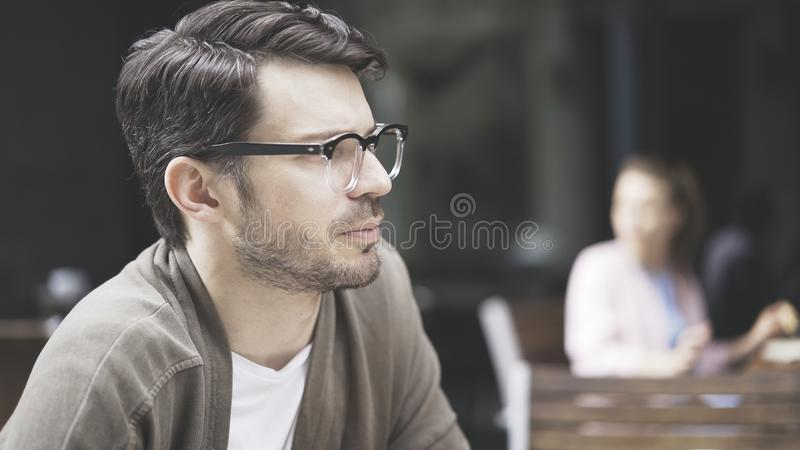 Профиль красивого человека в eyeglasses outdoors стоковые изображения