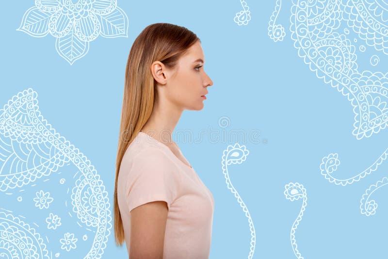 Профиль привлекательной длинной с волосами девушки на покрашенной предпосылке стоковая фотография rf