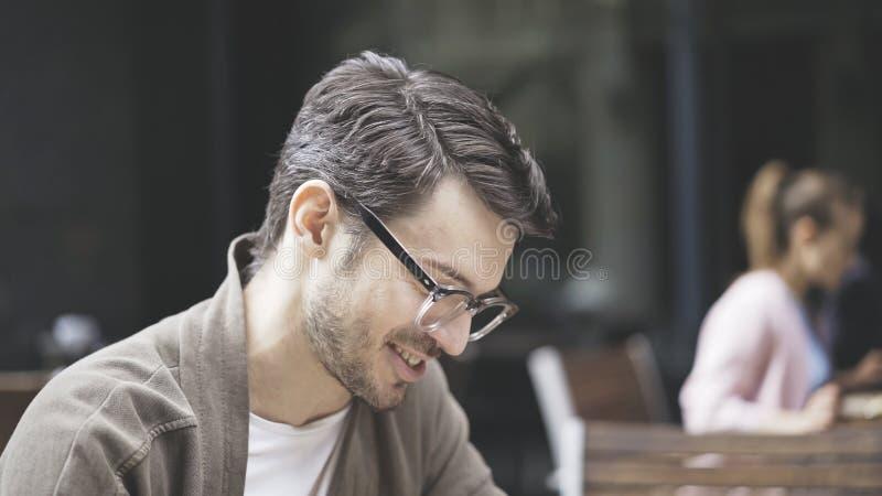 Профиль смеяться над красивым человеком в eyeglasses outdoors стоковая фотография rf