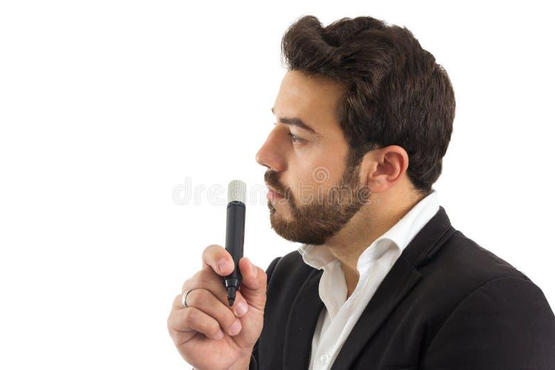 Профиль человека держа постоянную отметку бородатая персона носит стоковые фото