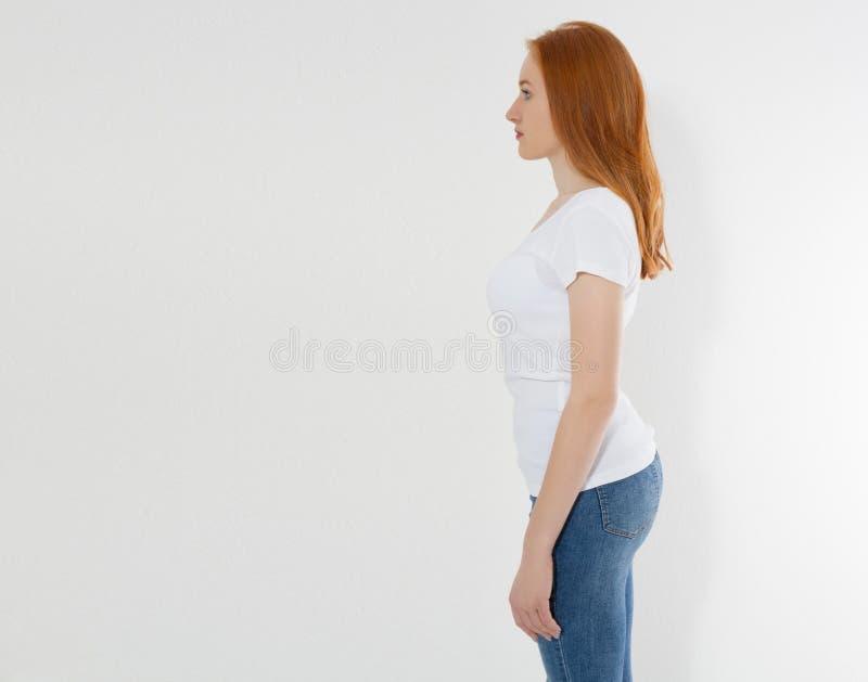Профиль firl красных волос молодого со здоровой позицией на белой предпосылке Csre задней части и тела Красота и концепция здоров стоковые фото