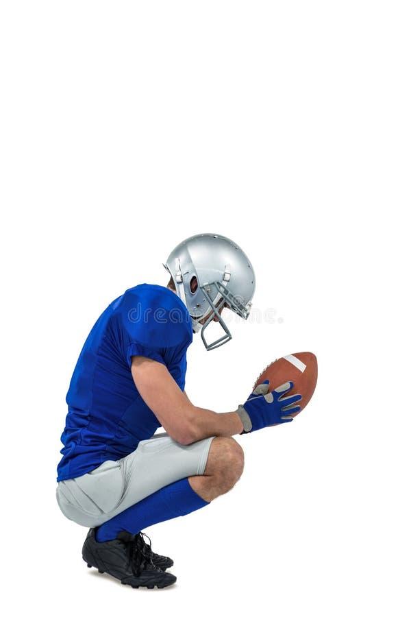 Профилируйте взгляд американского футболиста в позиции нападения стоковое изображение