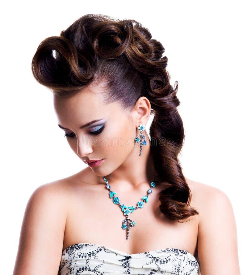 Профилируйте портрет красивой женщины с творческим стилем причёсок стоковое фото rf
