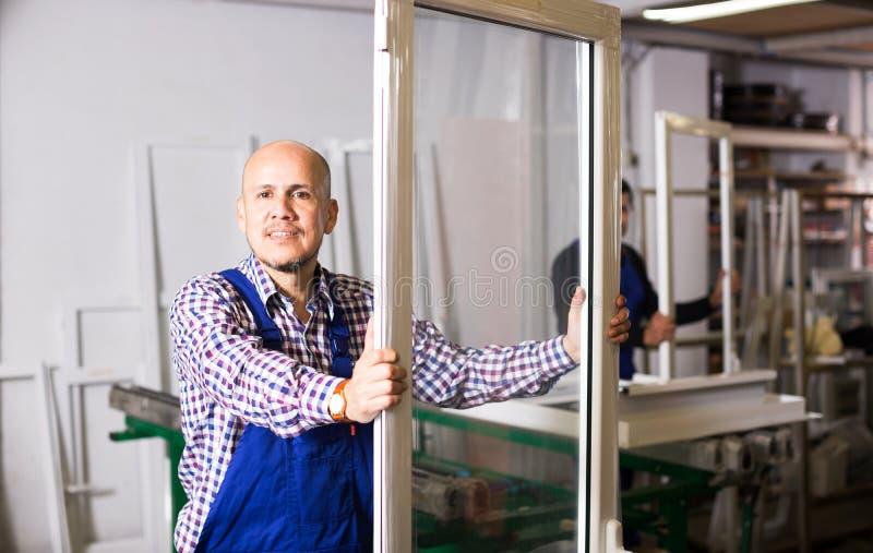 Профили и окна PVC продукции рабочих классов стоковое фото rf