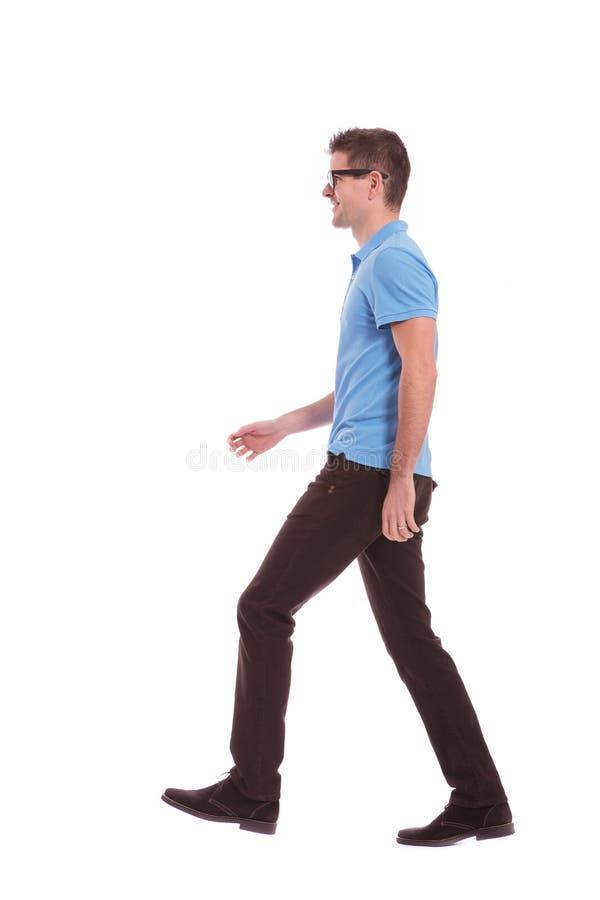 Профиль вскользь идти человека стоковое изображение