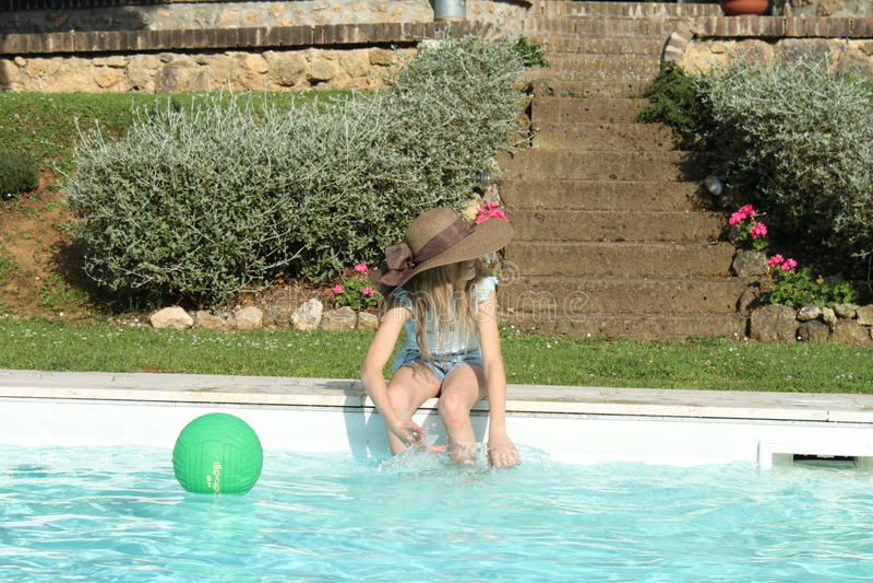 Итальянки около бассейна