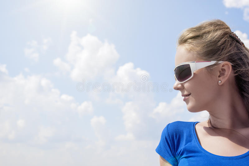 Профиль детенышей усмехаясь кавказского белокурого женского нося Sunglass стоковая фотография rf