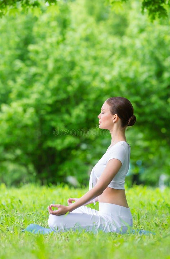 Профиль женщины в показывать Дзэн положения asana стоковое изображение