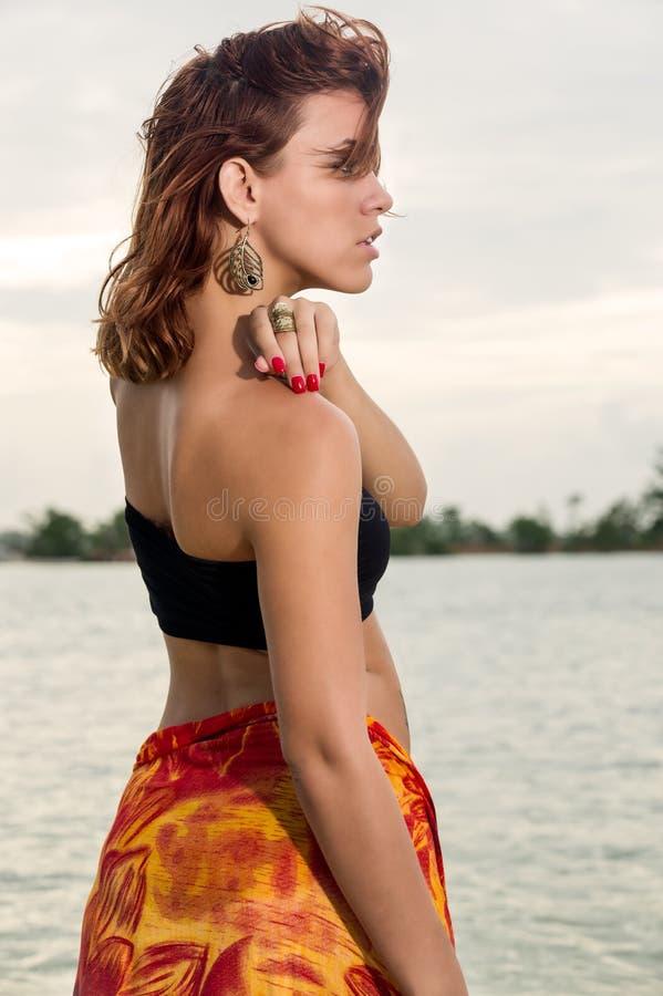 Профиль женщины в пляже стоковые изображения rf