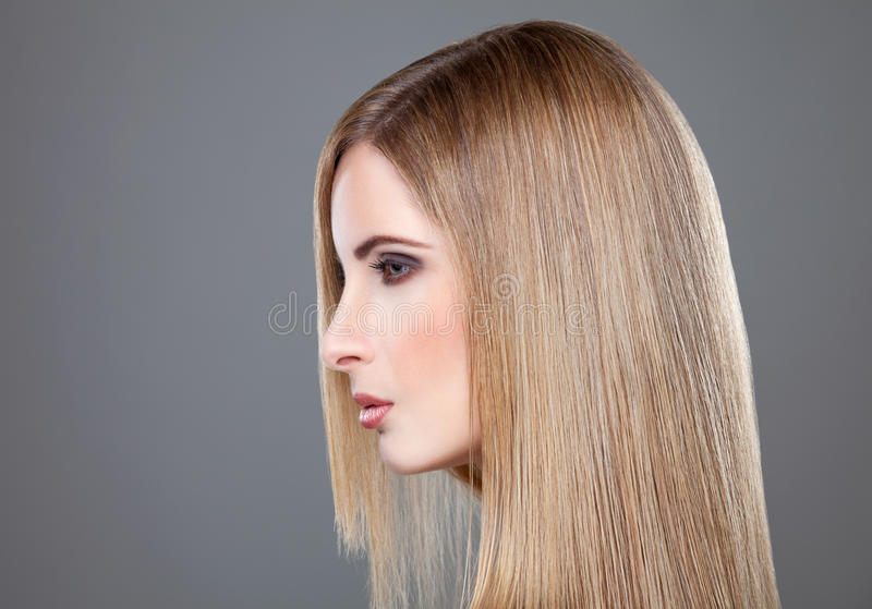 Профиль красоты с длинными прямыми волосами стоковое фото rf