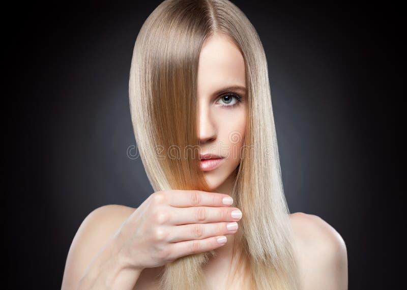 Профиль красоты с длинными прямыми волосами стоковые фотографии rf