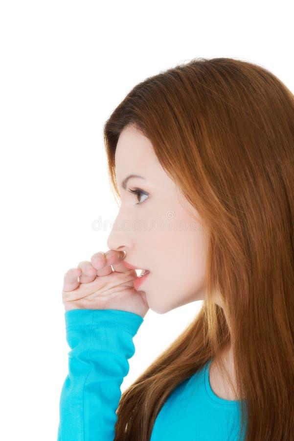 Профиль привлекательной вскользь женщины с рукой над ртом. стоковые изображения