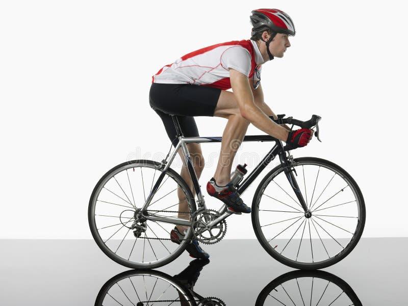 Профиль снятый велосипедиста на велосипеде стоковые изображения