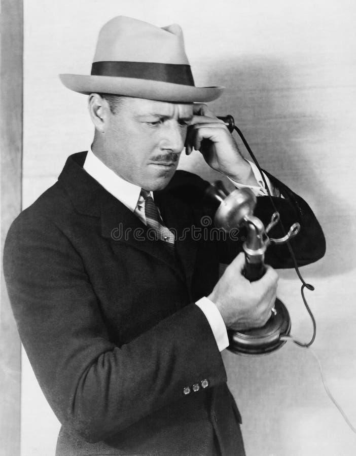 Профиль человека говоря на телефоне (все показанные люди более длинные живущие и никакое имущество не существует Гарантии t поста стоковые фотографии rf