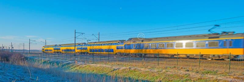 Проходить поезда на железных дорогах через природу стоковое фото rf