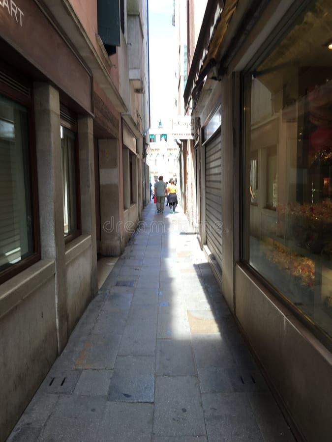 Проход в Венеции, Италии на воскресенье с магазинами закрыл стоковые изображения