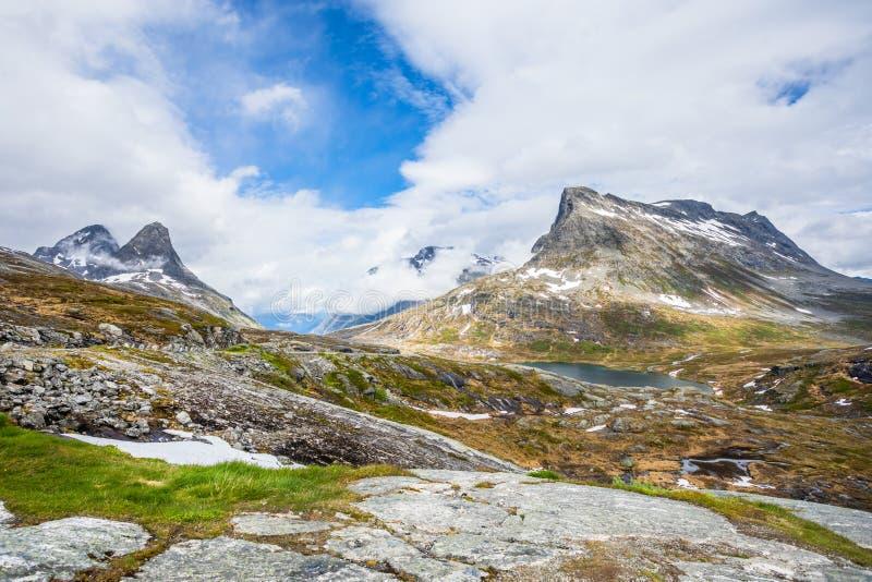 Проход в горах со снежными пиками вокруг панорамы озера Alnesvatnet, путем trolles, Trollstigen, муниципалитетом Rauma, больше стоковые изображения rf