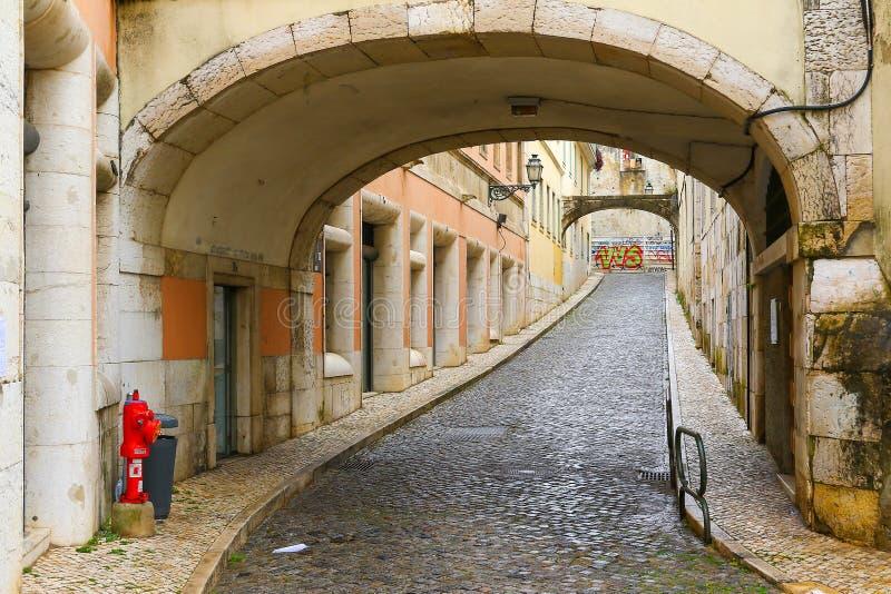 Проход в узкой улочке в Лиссабоне, Португалии стоковые фотографии rf