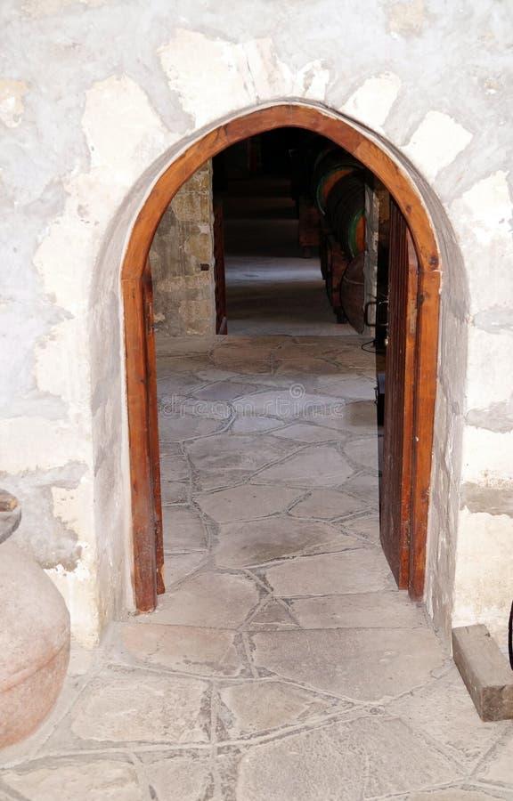 Проход или низкая дверь к старому подвалу стоковое фото rf