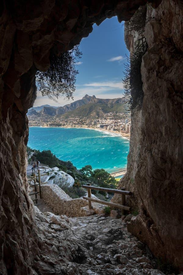 Проход пещеры к пляжу стоковое фото