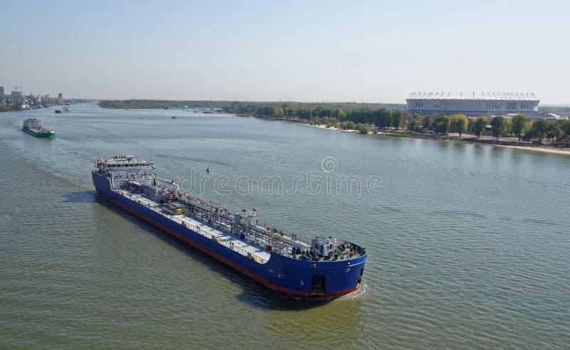 Проход топливозаправщиков с нефтяными продуктами вдоль Дона до конца стоковое изображение