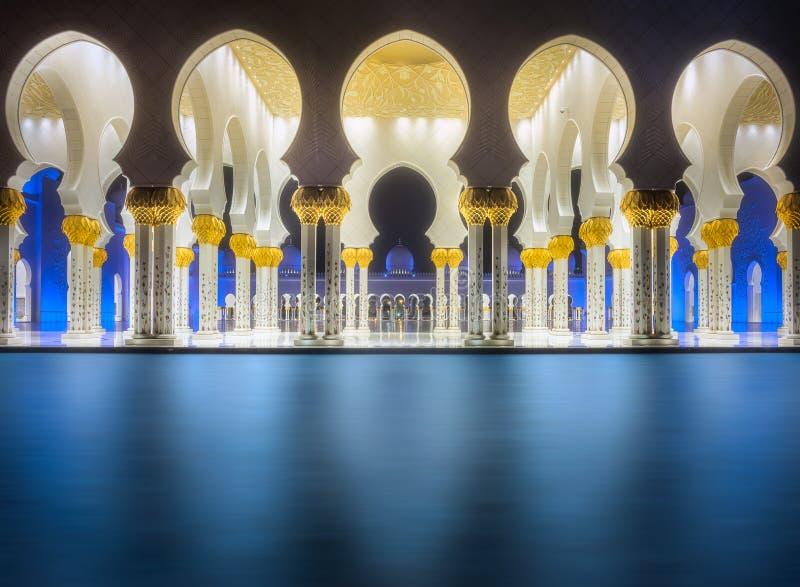 Проход шейха Zayed Грандиозн Мечети Абу-Даби стоковое изображение