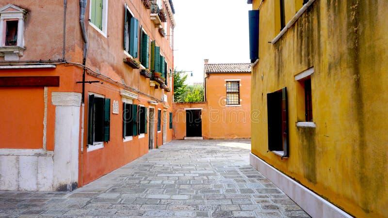 Проход с желтым цветом и апельсином старинного здания стоковые фотографии rf